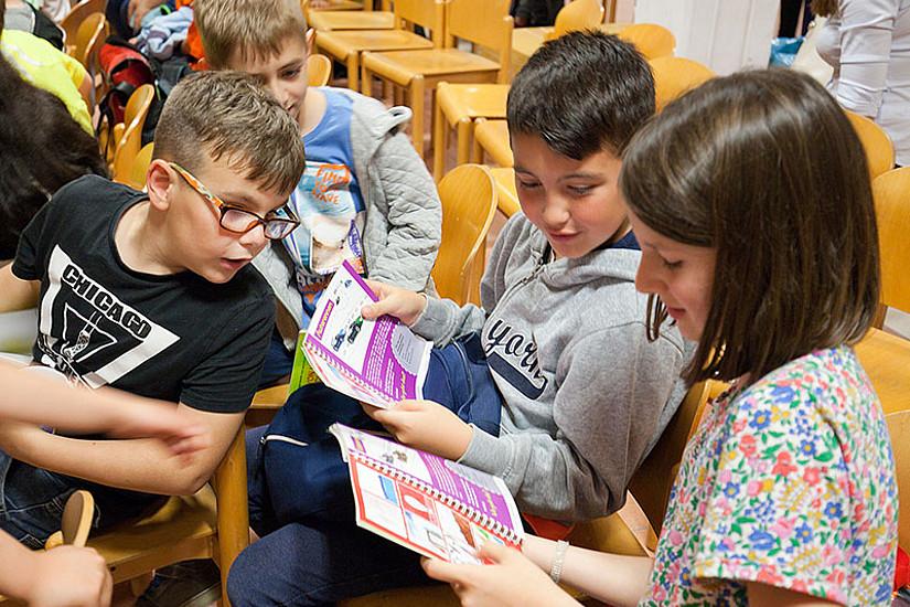 Fantasievollen Geschichten der SchülerInnen regen auf 88 Seiten zum Tüfteln und Ausprobieren an. Foto: Dagmar Leis.