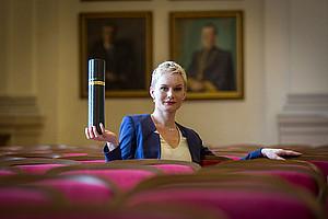 Im Rahmen eine Sponsionsfeier bekommen viele AbsolventInnen ihr Diplom persönlich überreicht. Aufgrund der Corona-Krise hat die Uni Graz nun eine neue Möglichkeit gefunden: die akademische Feier wird virtuell begangen. Foto: Uni Graz/Lunghammer
