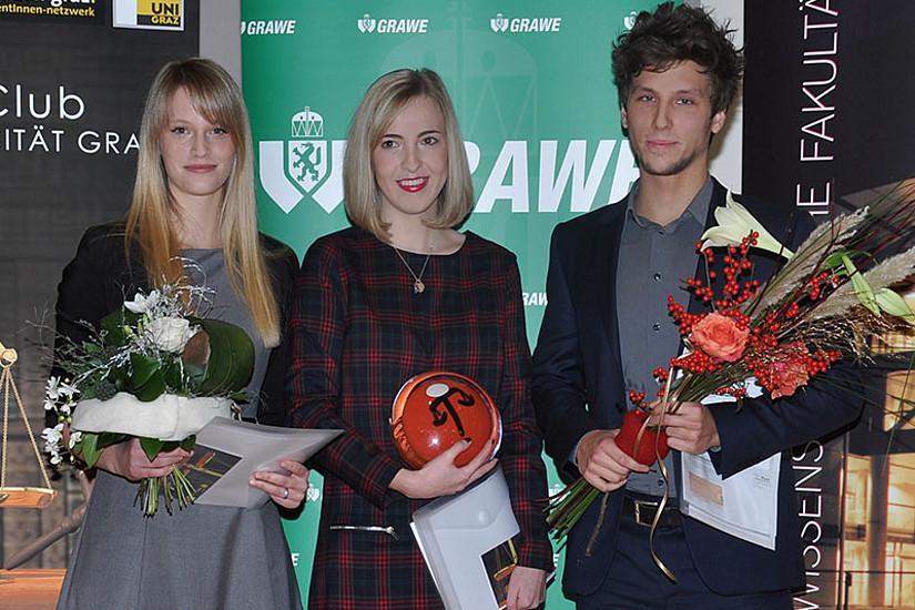 Die Top 3 REWI-AbsolventInnen des Studienjahres 2013/14 (v.l.): Katrin Reichmann (3.), Isabella Fank (1.) und Thomas Metesch (2.) ...