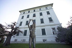 """Die Frauenstatue nahe der Radiologie am Universitätsklinikum. Das Webradio der Grazer Universitäten geht heute mit seiner zweiten Sendung on air. Diese ist dem Schwerpunkt """"Kunst am Campus"""" gewidmet."""