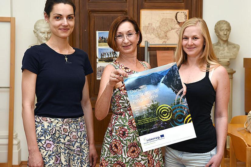 """Das Team des Projekts """"Iron-Age-Danube"""": Regina Klöckl, Susanne Tiefengraber und Stefanie Gaberz (v.l.). Foto: Uni Graz/Pichler"""