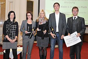 Beate Flath (2.v.l.), Eva Klein und Christian Kozina freuen sich über die Auszeichnung. Karin Scaria-Braunstein und Vizerektor Polaschek überreichten die Auszeichnung