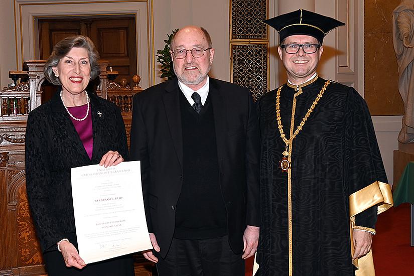 Prof. Barbara E. Reid mit Rev. Mark R. Francis, Präsident der CTU in Chicago, und Rektor Martin Polaschek bei der Ehrenpromotion. Foto: Uni Graz/Pichler