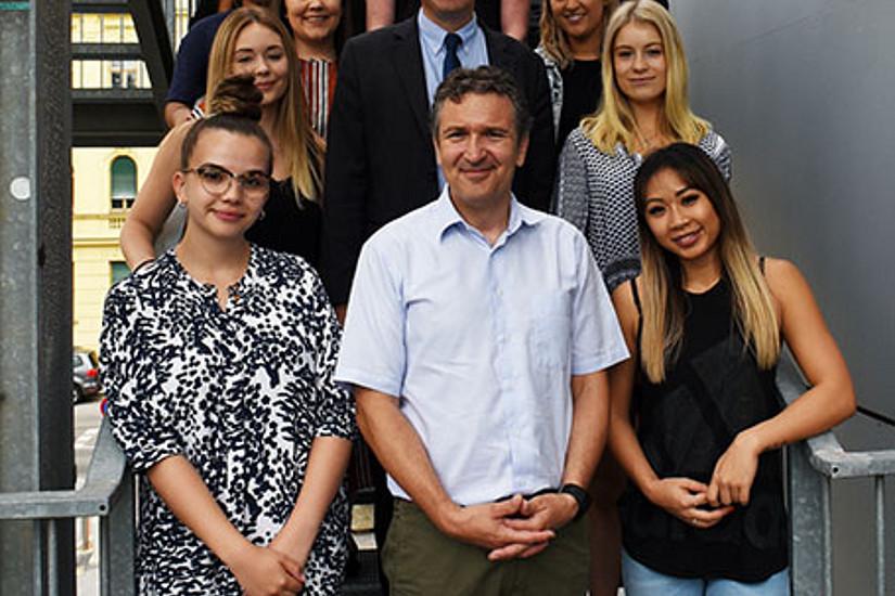 Sascha Ferz (vorne Mitte), Leiter der Sommerschule, und  REWI-Dekan Stefan Storr (2. Reihe Mitte) begrüßten die australischen Studierenden in Graz. Foto: Uni Graz/Leljak.