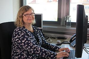 Sabine Linhart arbeitet im Dekanat der REWI-Fakultät und gibt als eine von über 160 begünstigt behinderten MitarbeiterInnen der Universität Graz ihr Wissen und ihre Erfahrungen auch regelmäßig weiter. Foto: Uni Graz.