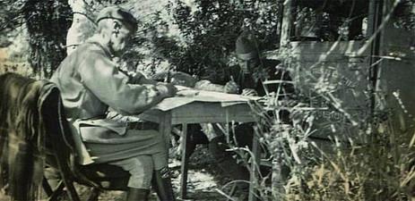 Capitán Escimontowsky mit seinem Dolmetscher bei der Arbeit. Aragón 1938