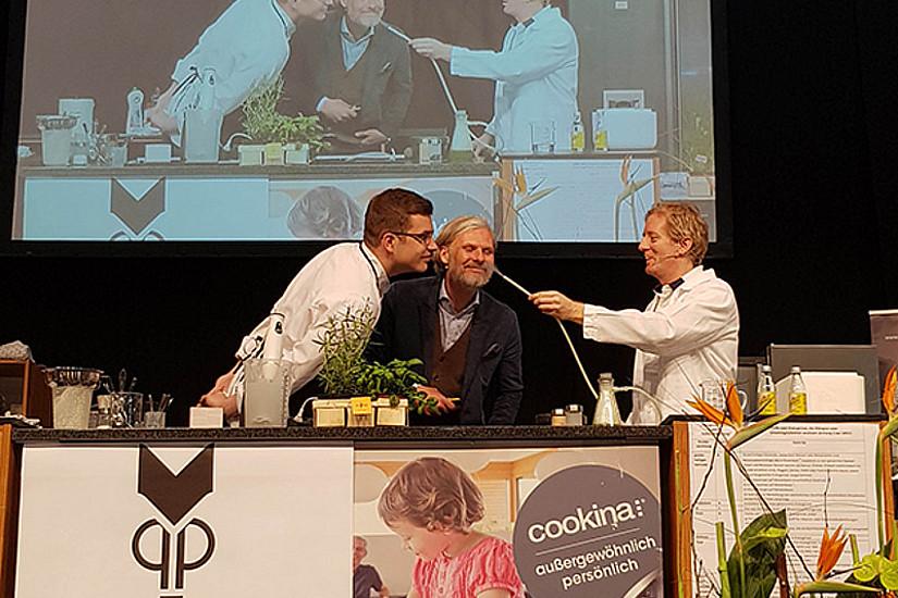 Kochshow zur Preisverleihung: Matthäus Blauensteiner, Helmut Jungwirth und Fritz Treiber (v. l.) beim Verkosten des Gurken-Wacholder-Aromas. Foto: Uni Graz