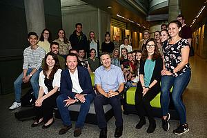 Sascha Ferz und REWI-Dekan Johannes Zollner  (Mitte) mit dem Summerschool-Team und den australischen Studierenden. Foto: Uni Graz/Leljak.