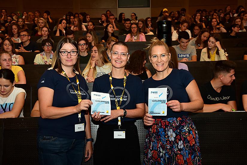 Erika Kettner, Julia Huemer und Elisabeth Krauss (v.l.) von 4students begrüßten insgesamt rund 250 TeilnehmerInnen bei der Schnupperuni 2019. Foto: Uni Graz/Leljak.