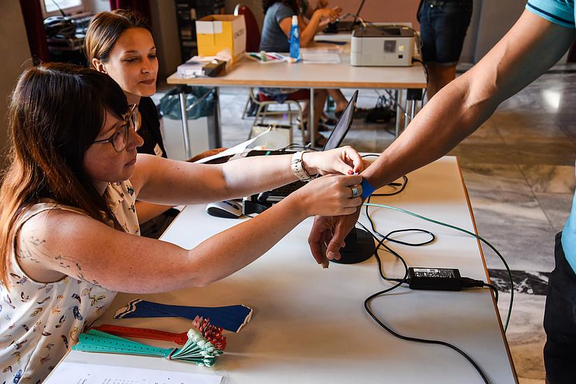 Pünktlich um viertel neun wurde mit dem Check-in zur Prüfung begonnen. Insgesamt waren am ersten Testtag 470 BewerberInnen gekommen. Fotos: Uni Graz/Schweiger