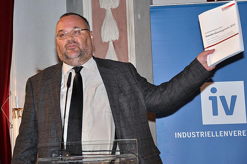 Gerhard Steger mit dem dicken Budget 2013 - konkret: 18 cm hoch