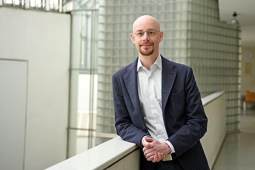 Aus dem Minimum von Funktionen holt er das Maximum heraus: Christian Clason ist Professor für Mathematische Optimierung an der Universität Graz. Foto: Uni Graz/Eklaude