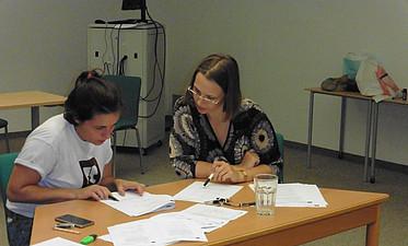 Karin Sonnleitner und eine Darstellerin bei der Textbesprechung