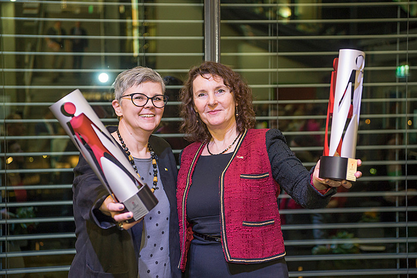 Uni Graz-Vizerektorin Renate Dworczak (l.) und TU Graz-Vizerektorin Andrea Hoffmann nahmen die Trophäen entgegen. Foto: Foto Fischer.