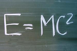 Physiker der Unis Graz und Jena betrachten Einsteins Formel in neuem Licht und simulieren erstmals die effektive Masse von Elementarteilchen. Foto: Hofschläger / pixelio.de