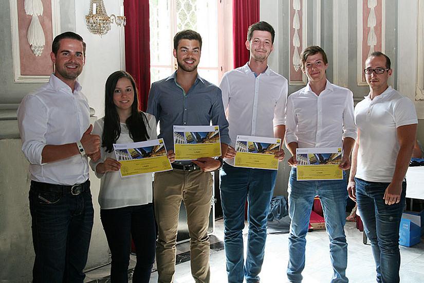 Die GewinnerInnen des ersten Platzes entwickelten eine Diebstahlsicherung für Fahrräder durch GPS-Ortung via Smartphone: Carina Schöllauf, Alex Rinner, Alexander Pöltl und Daniel Missethon (2.-5.v.l.) mit Matthias Ruhri (l.) und Martin Mader (r.).