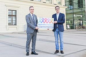 Deklaration gegen Diskriminierung: Vizerektor Peter Riedler (links) und Manfred Rupp, Leiter der AIDS-Hilfe Steiermark. Foto: Uni Graz/Tzivanopoulos