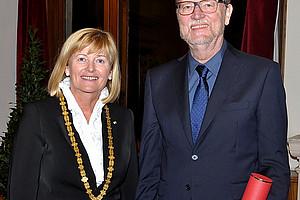 Rektorin Christa Neuper mit Prof. Georg Schreyögg, Ehrendoktor der Uni Graz