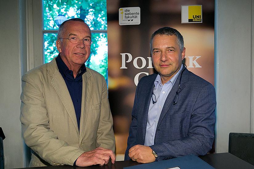Politik Café statt Gerichtssaal: Gutachter Fritz Kleiner (links) stand Markus Steppan Rede und Antwort. Foto: Oliver Wolf