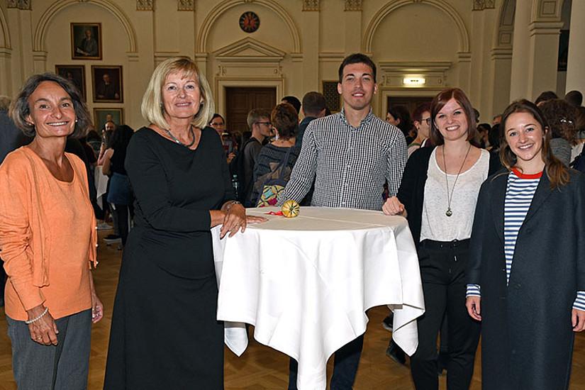 V.l.: BIB-Leiterin Sabine Pendl und Rektorin Christa Neuper mit Petar Kolundzija, Lisa-Maria Schantl und Eliza Robin Sinclair, die von ihren Erfahrungen erzählten.