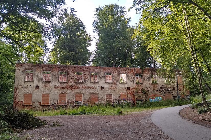 Spaziergänger am Rosenhain kennen die Ruine. Nun wird das denkmalgeschützte Gebäude revitalisiert: Die Universität Graz baut auf dem Grundstück einen Gebäudekomplex für die Sport- und Bewegungswissenschaften. Foto: Flexman/CC BY-SA 4.0 https://creativecommons.org/licenses/by-sa/4.0/deed.de