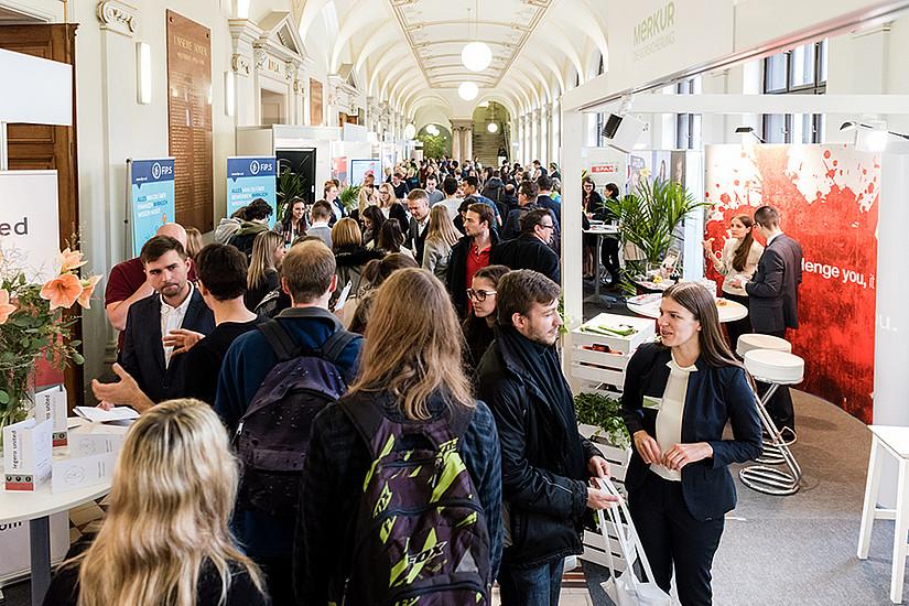 Über 70 AusstellerInnen präsentierten sich im Hauptgebäude der Uni Graz.