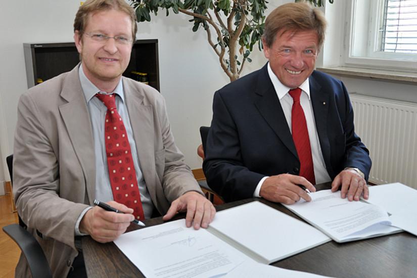 Ralph Zettl und Volker Pichler unterschrieben den Kooperationsvertrag zwischen dem alumni UNI graz und dem SOWI-Absolventenverein am 1. Juli 2013.