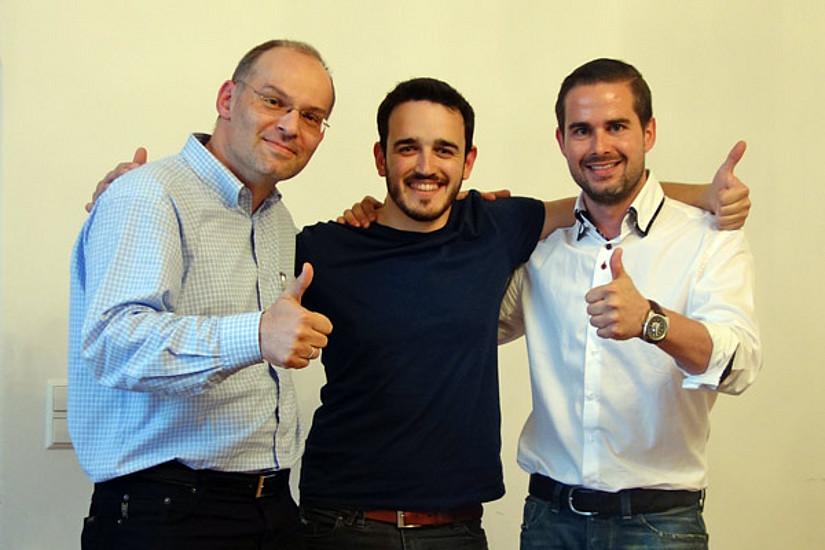Gründungsexperten Stefan Vorbach (l.) und Matthias Ruhri (r.) gratulieren Manuel Bruschi zum Sieg. Foto: KK