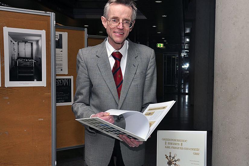 Alois Kernbauer mit dem neuen Bildband über die Gründungsurkunde der Universität Graz