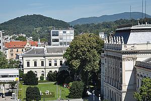Blick auf Campus und Hauptgebäude