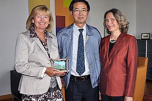 Rektorin Christa Neuper, Vizepräsident Javzan Batkhuu und Adelheid Brantner vom Institut für Pharmazeutische Wissenschaften (v.l.)