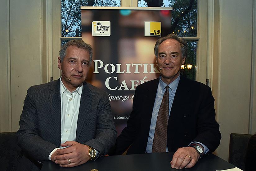 Wie wirkt Wirtschaft weltweit? Markus Steppan (links) und Maximilian Burger-Scheidlin diskutierten im Politik Café. Foto: Uni Graz/Schweiger