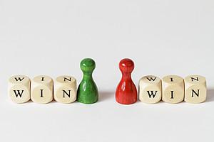 Win Win, Strategie, Gewinner, Gewinnen, Sieg, Niederlage, Konsens, Vereinbarung, Abmachung, Verhandlung, Verlierer, Doppelsieg, Gefühl, Kompromiss, Konflikt, Konfliktlösung, Mediation, Achtung, Respekt, Bereitschaft, Gewinn, Verlust, Argumente, Partnerschaft, Streit, siegen, besiegen, streiten, Spannung, Spannungen, Figuren, rot, grün, Symbol, Symbole, Probleme, Streitigkeiten, Sieger, Motivation, Partner