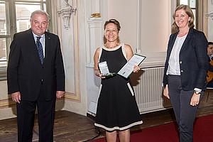 Anita Ziegerhofer (Mitte) erhielt die Ehrung von LH Hermann Schützenhöfer und LR Barbara Eibinger-Miedl. Foto: Land Steiermark/ Foto Fischer.