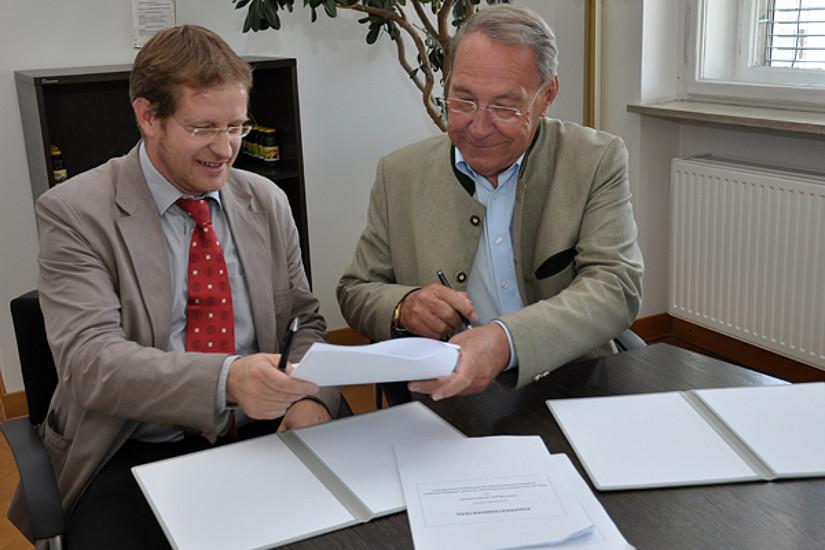 Auch Günther Witamwas setzte als Vorstandsmitglied seine Unterschrift auf den Vertrag.