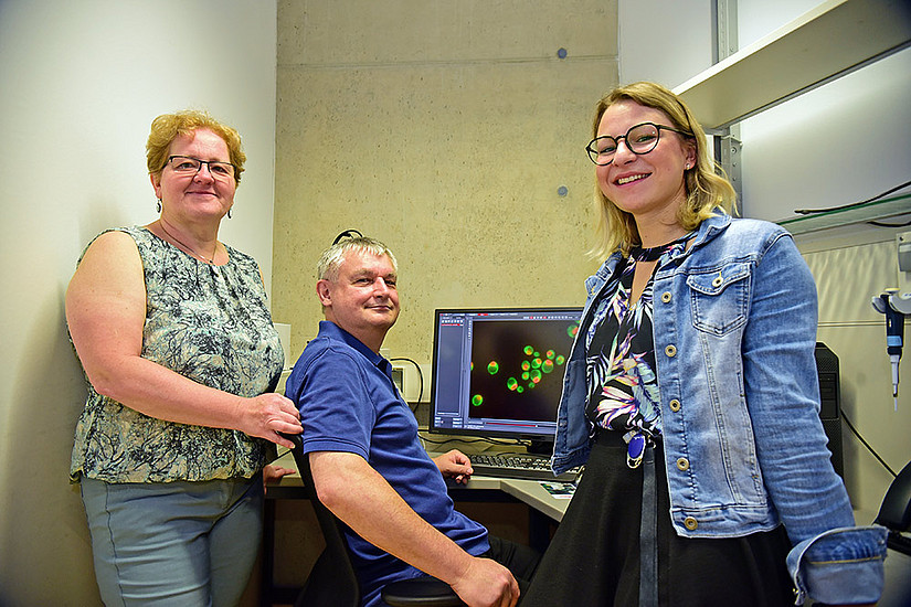 Tracing new treatments against cancer: Helmut Bergler and his colleagues Gertrude Zisser and Lisa Kofler. Foto: Uni Graz/Tzivanopoulos