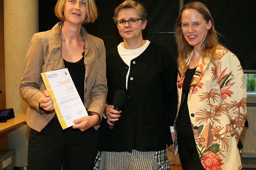Zweiter Platz im Anreizsystem für Frauenförderung für den Wissenschaftszweig Psychologie: Institutsleiterin Anne Schienle, Vizerektorin Dworczak und AKGL-Vorsitzende Scherke (v. l.)