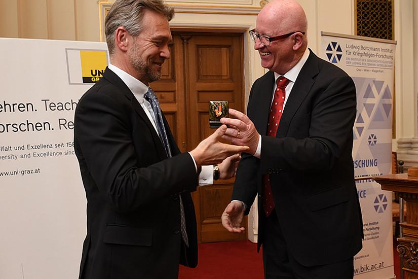 Schlüsselübergabe: Thomas Krautzer (links) folgt als Leiter des Instituts für Wirtschafts-, Sozial- und Unternehmensgeschichte nach.