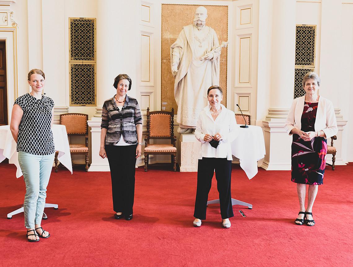 Digitalisierungs-Vizerektorin Petra Schaper-Rinkel (2. von rechts) eröffnete die hybride Tagung. Susanne Seifert (links) moderierte die Veranstaltung live.