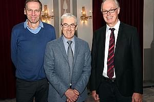 Vortragender Paul De Grauwe (Mitte) mit Richard Sturn (r.), Vorsitzender der Grazer Schumpeter Gesellschaft (GSG), und Christian Gehrke, Schriftführer der GSG. Foto: Uni Graz/Pichler
