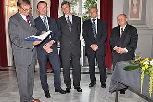 Johannes Zollner, Alfons Grünwald, Gerhard Schummer und Oskar Mennel, Geschäftsführer Linde Verlag (v.l.), überreichen Waldemar Jud (ganz links) die Festschrift.