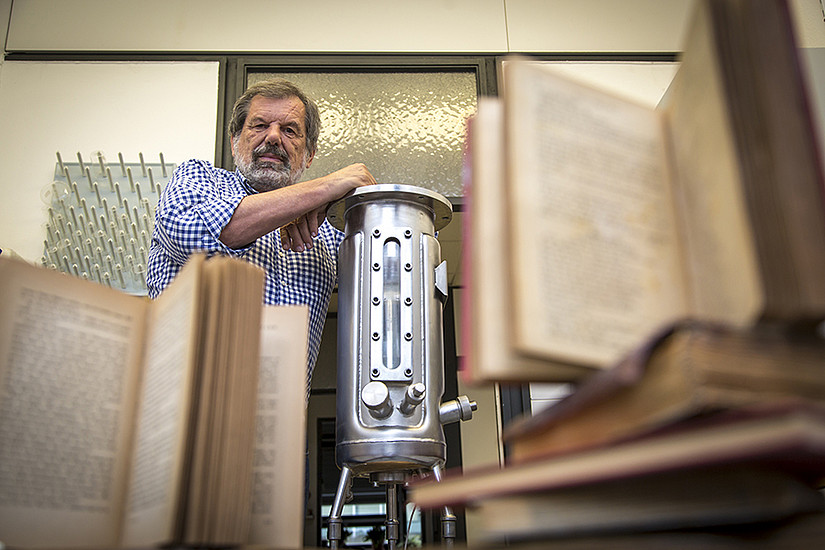 Volker Ribitsch mit dem Prototyp der Anlage, die dank eines nanotechnologischen Verfahrens Papier vor dem Zerfall bewahrt. Foto: Uni Graz/Lunghammer