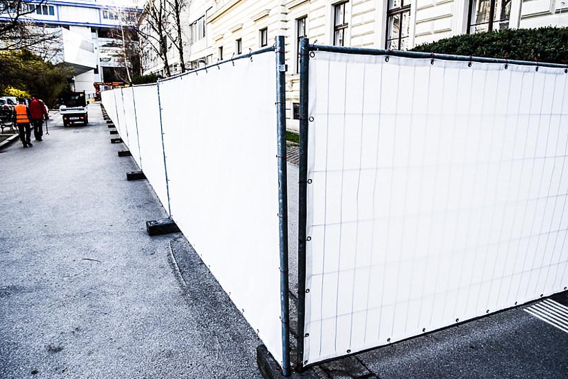 Der Eingangsbereich zur Universitätsbibliothek Graz ist ab nächster Woche endgültig Geschichte. Es wird Stück für Stück abgerissen. Dazu wird die Straße zwischen Universitätsplatz 3a und Universitätsplatz 4 am Montag 3. April 2017 und am Dienstag