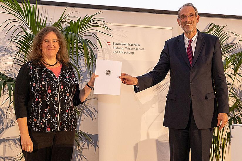 Die Historikerin Monika Stromberger erreichte einen Shortlist-Platz für den Ars Docendi 2020. Minister Heinz Faßmann überreichte ihr die dafür vorgesehene Urkunde. Foto: BMBWF/Martin Lusser.