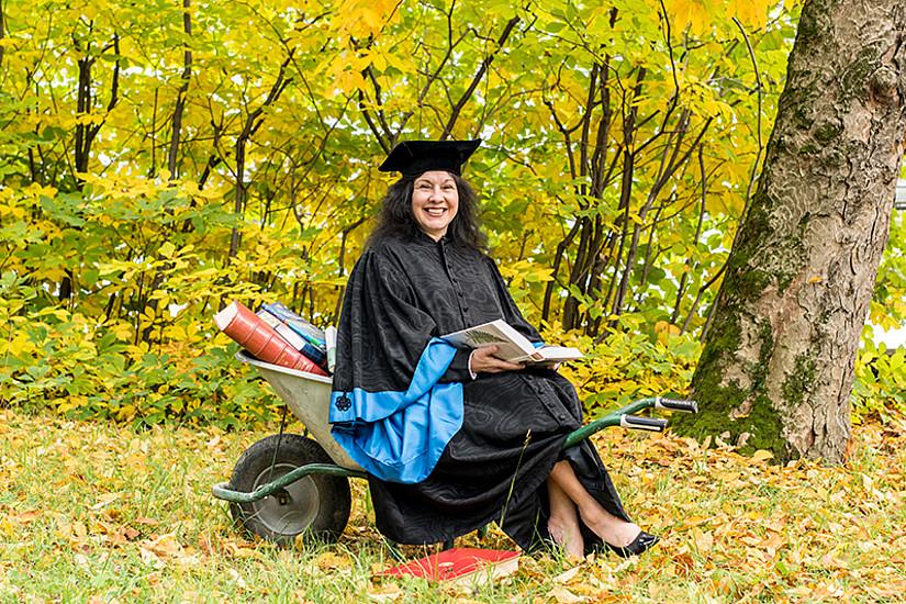 Während einem Päuschen zwischen zwei Sponsionen: Maria Müller, Vizestudiendekanin der NAWI-Fakultät, mit Herbstlektüre.