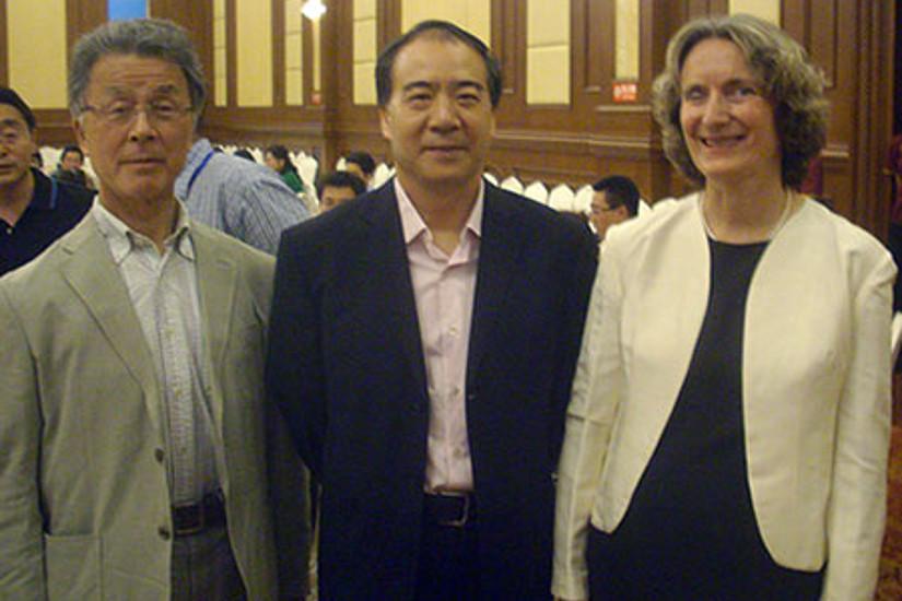 Adelheid Brantner mit Huang Jianyin, Stv. Generalsekretär der World Federation of Chinese Medicine Societies, und Toru Okuyama, Direktor der Meiji Pharmaceutical University (v.r.)