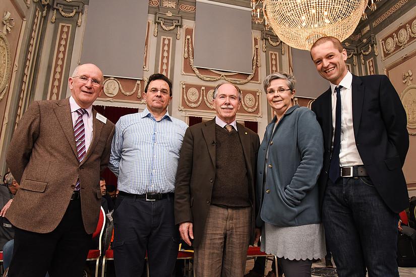 Willibald Plessas, Vortragender Robert Pisarski, Nobelpreisträger Gerard 't Hooft, Renate Dworczak, NAWI-Dekan und Leiter des DK Christoph Gattringer (v.l.). Foto: Uni Graz/Tzivanopoulos