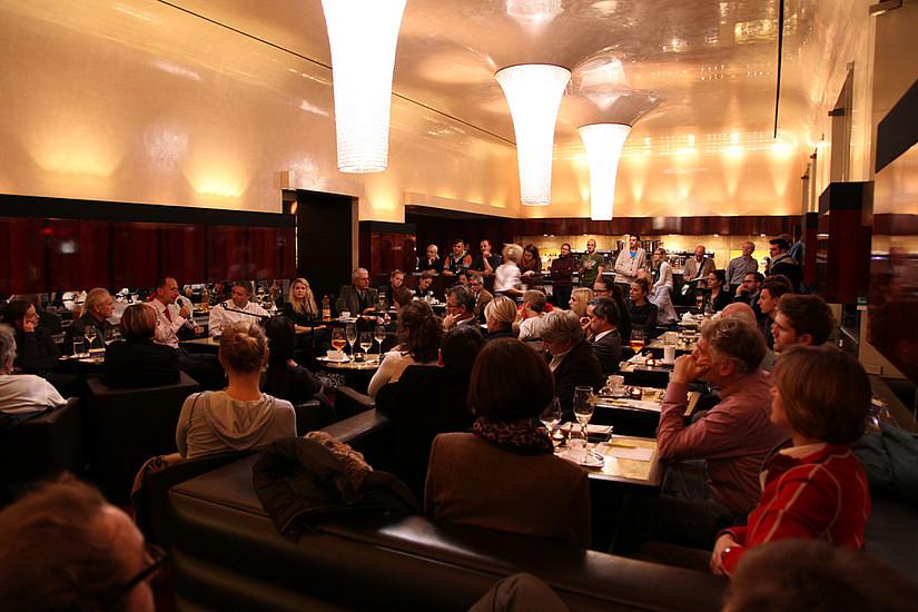 Gäste an den Tischen im Opern Café