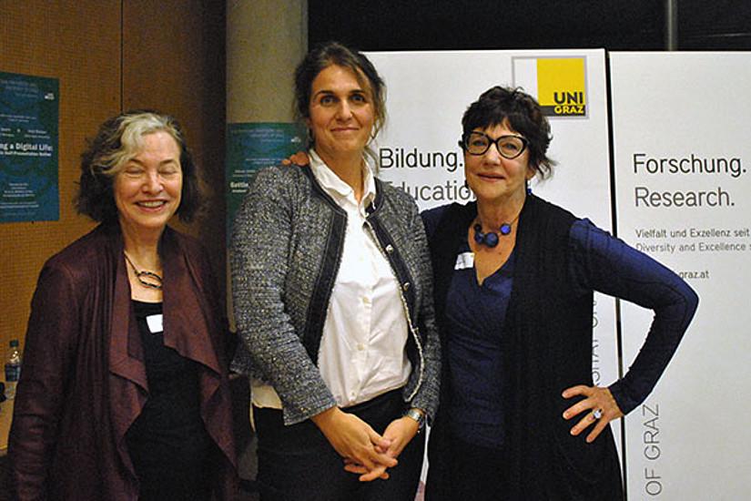 V.l.: Die Vortragenden Julia Watson (l.) und Sidonie Smith (r.) mit Moderatorin Silvia Schultermandl vom Institut für Amerikanistik. Foto: Uni Graz