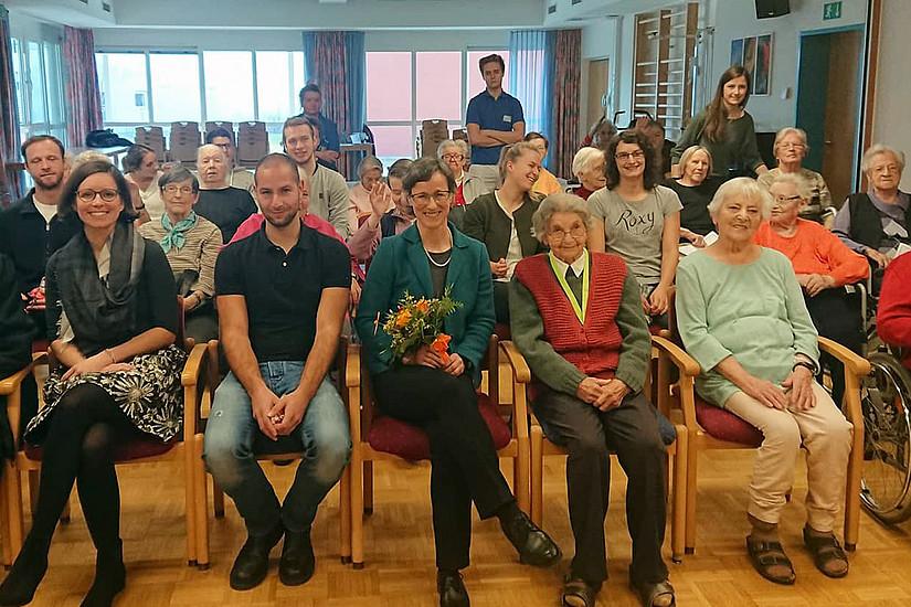 Organisiert und trainiert: Sylvia Titze (vorne Mitte) mit ihren Studierenden, MitarbeiterInnen und BewohnerInnen des Pflegeheims Aigner-Rollett.
